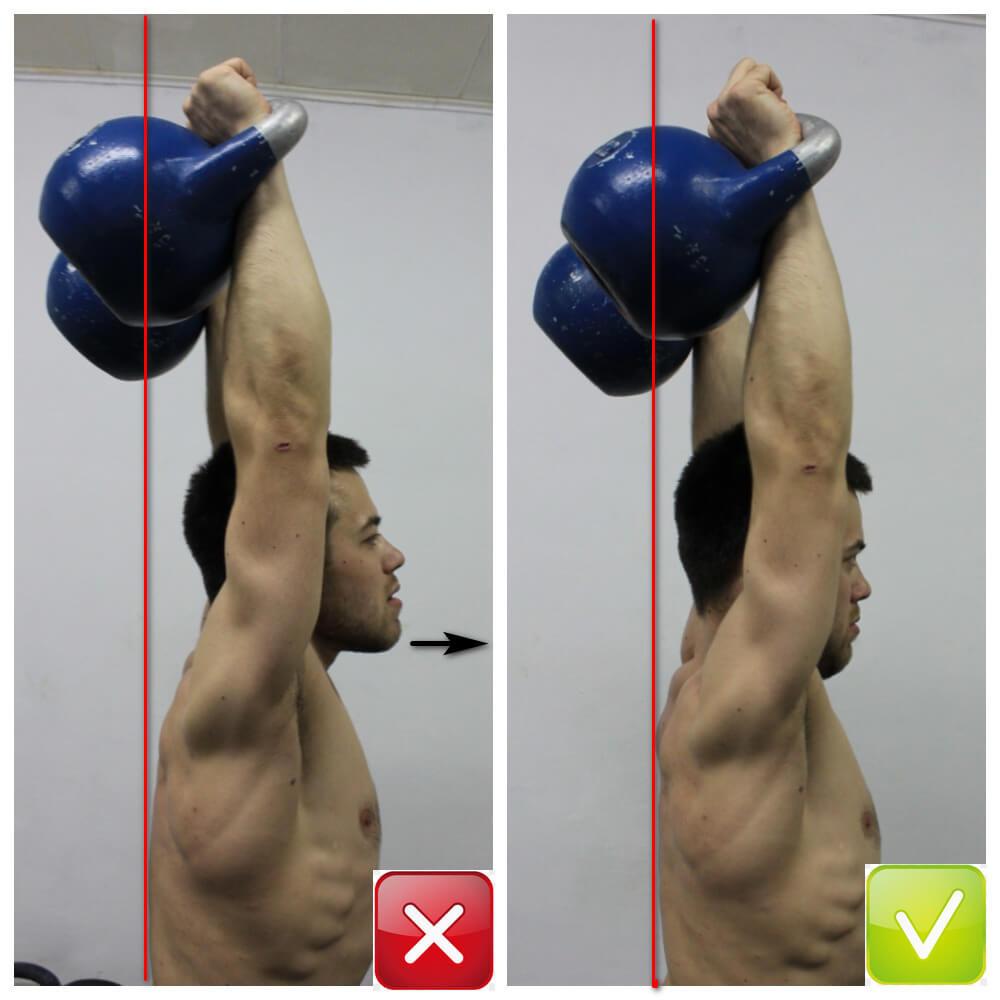 Подтягивание надплечий вверх за счёт напряжения верхних трапеций также способствует выдвижению вперёд головы (стрелка), что может затруднять глубокое дыхание в оверхэд